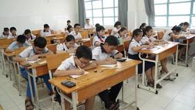 Thí sinh dự thi khảo sát năng lực bằng tiếng Anh lớp 6 Trường THPT Trần Đại Nghĩa tại điểm thi trường PTTH Lương Thế Vinh, sáng 12-6-2019. Ảnh: HOÀNG HÙNG