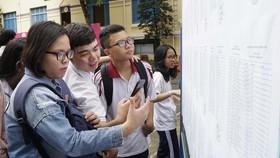 Thí sinh kiểm tra số báo danh và phòng thi tại điểm thi Trường Trần Khai Nguyên, quận 5, TPHCM. Ảnh: HOÀNG HÙNG