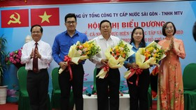 Ông Trần Văn Khuyên, Bí thư Đảng ủy, Chủ tịch hội đồng thành viên Sawaco tuyên dương các điển hình học tập Bác