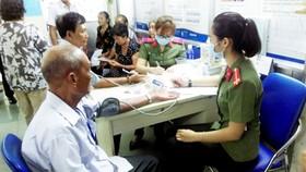 Bệnh nhân được khám trước khi phẫu thuật