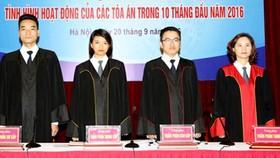 Từ trái sang: Trang phục thẩm phán sơ cấp, thẩm phán trung cấp, thẩm phán cao cấp, thẩm phán TAND Tối cao