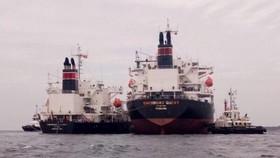 Bơm chuyển tải hoá chất từ tàu mắc cạn sang tàu khác.