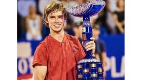 Andrei Rublev và chiếc cuo1 vô địch giải Croatia Open
