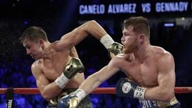 Golovkin (trái) và Alvarez đấu khá cân bằng, nhưng trọng tài Byrd không nghĩ vậy...