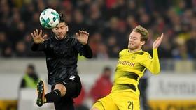 Bundesliga: Treo giò Aubameyang, Dortmund phơi áo ở Stuttgart