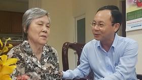 Đồng chí Nguyễn Văn Hiếu ân cần thăm hỏi sức khỏe Nhà giáo Nhân dân Vũ Thị Oanh Cơ