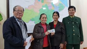 Cựu chiến binh TPHCM tặng quà cho Đại đội nữ pháo binh Ngư Thủy