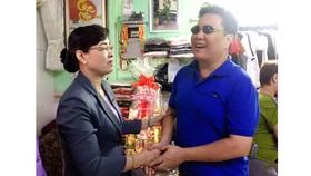 Đồng chí Nguyễn Thị Quyết Tâm thăm gia đình thương binh ở quận 4, TPHCM