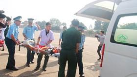 Đưa bệnh nhân lên xe cấp cứu về Bệnh viện Quân y 175
