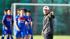 """HLV Hữu Thắng đã xin dư luận """"tha"""" cho các cầu thủ U22 Việt Nam. (Ảnh: HOÀNG HÙNG)"""