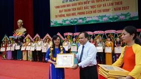 Giám đốc Sở GD-ĐT Cà Mau tặng giấy khen cho các nhà giáo tiêu biểu