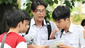 Thí sinh tại Hội đồng thi Trường Lương Văn Can, quận 8, TPHCM trao đổi sau khi thi môn Toán. Ảnh: HOÀNG HÙNG