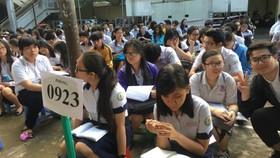 Thí sinh ở điểm thi THPT Diên Hồng nghe hội đồng thi dặn dò trước khi vào thi môn đầu tiên. Ảnh: Khánh Bình