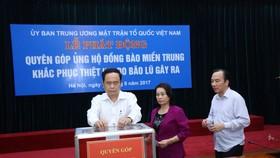 Ông Trần Thanh Mẫn và lãnh đạo, cán bộ Ủy ban TƯ MTTQ Việt Nam ủng hộ đồng bào