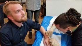 Một nhân viên của Epicenter được cấy chip vào tay.