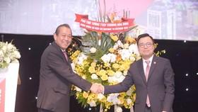Phó Thủ tướng Thường trực Trương Hòa Bình tặng hoa cho ông Nguyễn Duy Hưng, Chủ tịch HĐQT CTCK Sài Gòn SSI, tại Hội nghị Gateway to Vietnam.