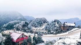 Đón tuyết rơi đỉnh Mẫu Sơn