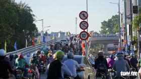 Cầu vượt Nguyễn Kiệm kẹt cứng ngày đầu thông xe