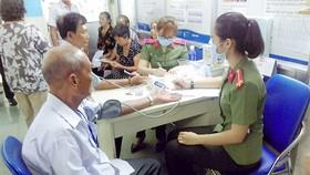 Khám cho bệnh nhân