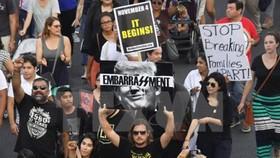 Người dân tuần hành phản đối sắc lệnh ngừng Chương trình DACA của Tổng thống Mỹ tại thành phố Los Angeles ngày 5-9.