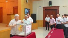 Tổng Bí thư Nguyễn Phú Trọng và các đồng chí nguyên Tổng Bí thư: Lê Khả Phiêu, Nông Ðức Mạnh cùng các đồng chí lãnh đạo, nguyên lãnh đạo Văn phòng Trung ương Đảng ủng hộ đồng bào. Ảnh: dangcongsan.vn