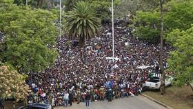 Biểu tình ở thủ đô Harare của Zimbabwe ngày 18-11-2017 đòi Tổng thống Robert Mugabe từ chức. Ảnh: AP
