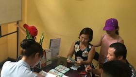 Vợ chồng anh Nguyễn Hữu Châu và chị Nguyễn Thị Hương nhận lại tài sản bị mất