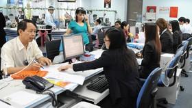 Giao dịch tại Ngân hàng Eximbank   Ảnh: THÀNH TRÍ