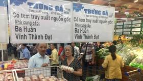 Người tiêu dùng mua trứng có truy xuất nguồn gốc tại siêu thị Co.opmart Đinh Tiên Hoàng
