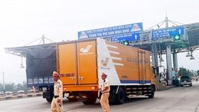 Lực lượng chức năng đảm bảo trật tự tại  Trạm BOT Nam Bình Định      Ảnh: NGỌC OAI