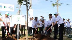 Các đại biểu cùng thực hiện nghi thức trồng cây, mang ý nghĩa chung tay góp sức nâng cao, cải thiện môi trường sống.