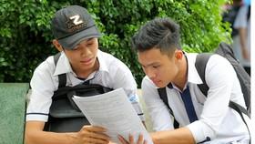 Thí sinh tại Hội đồng thi Trường Lương Văn Can, quận 8, TPHCM trao đổi sau khi thi môn Toán chiều 22-6-2017. Ảnh: HOÀNG HÙNG