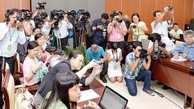 Phóng viên tác nghiệp buổi họp báo tại Đại hội Đảng bộ TPHCM