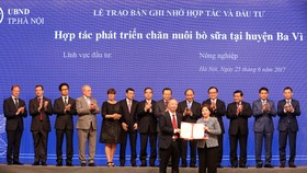 Đại diện lãnh đạo thành phố Hà Nội và bà Mai Kiều Liên – Tổng giám đốc Vinamilk ký kết bản ghi nhớ hợp tác đầu tư phát triển chăn nuôi bò sữa công nghệ cao tại Hà Nội