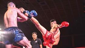 Nguyễn Thanh Tùng (phải) ra đòn
