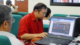 Nhà đầu tư theo dõi giá cổ phiếu
