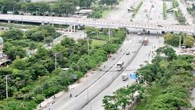 Mảng xanh bên Quốc lộ 1 qua quận Bình Tân, TPHCM