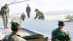 Bộ đội Biên phòng Khánh Hòa giúp dân sửa nhà. Ảnh: VĂN NGỌC