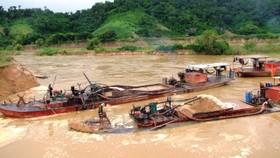 Tạm giữ 4 tàu hút cát trái phép trên sông Đáy