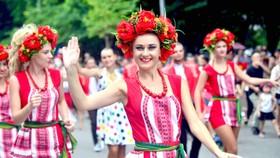 Đoàn vũ công Carnival khuấy động phố đi bộ Hà Nội
