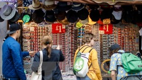 Hàng hóa được bày bán tại một khu chợ ở quận Notting Hill, London. (Nguồn: AFP/TTXVN)
