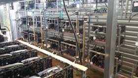 """""""Trại trâu"""", từ dùng chỉ các """"mỏ"""" đào Bitcoin ở Đắk Lắk. Chủ nhân đã đầu tư gần 2 tỷ đồng. Tiếng ồn và hơi nóng tản ra từ máy móc là đặc trưng của các mỏ đào Bitcoin - Ảnh: XUÂN TIẾN"""