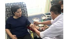 Bà Từ Thị Mỹ Dung - PTGD Ngân hàng bán lẻ - tham gia hiến máu.