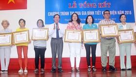 Bà Trịnh Thị Tròn (thứ 2 từ phải sang) nhận Bằng khen của UBND TPHCM  tặng các hộ gia đình thực hiện tốt chương trình tiết kiệm điện