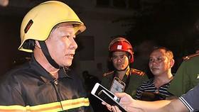 Đại tá Lê Tấn Bửu, Giám đốc Cảnh sát PCCC TPHCM có mặt tại hiện trường trực tiếp chữa cháy và cung cấp thông tin tình hình vụ cháy cho phóng viên báo chí