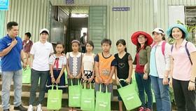 Tặng quà học sinh Mã Đà