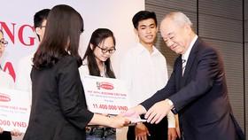 Ông Kajiwara Junichi, Tổng giám đốc Công ty cổ phần Acecook Việt Nam, trao học bổng tặng sinh viên tại Việt Nam