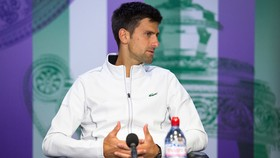 Novak Djokovic trong buổi họp báo sau khi bỏ cuộc ở tứ kết Wimbledon