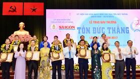 Các đồng chí lãnh đạo TPHCM chúc mừng các tấm gương nhận giải thưởng Tôn Đức Thắng