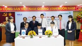 Phó Chủ tịch UBND TPHCM Trần Vĩnh Tuyến (giữa) chứng kiến lễ ký kết giữa các đơn vị